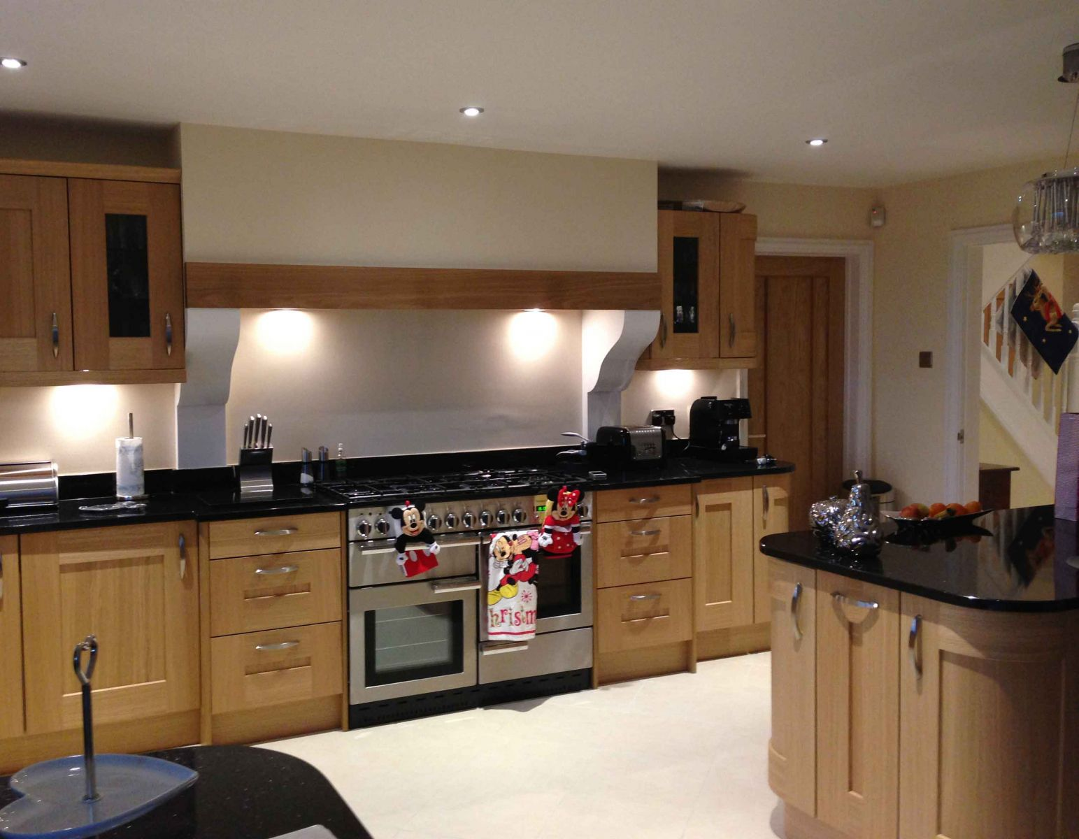 Kitchens fitted kitchens in newport sigma 3 kitchens for Oak fitted kitchen