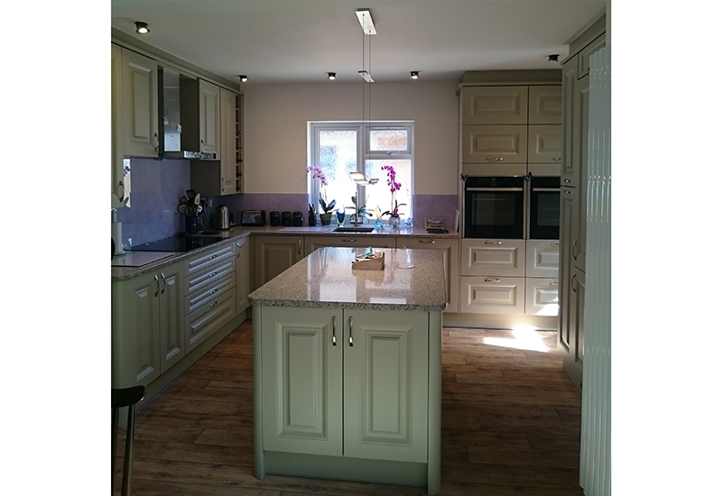 Howarth Nutmeg with Silestone Apline White worktops