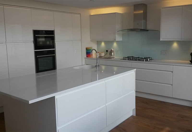 Italia Gloss White with Silestone Blanc Zeus worktops