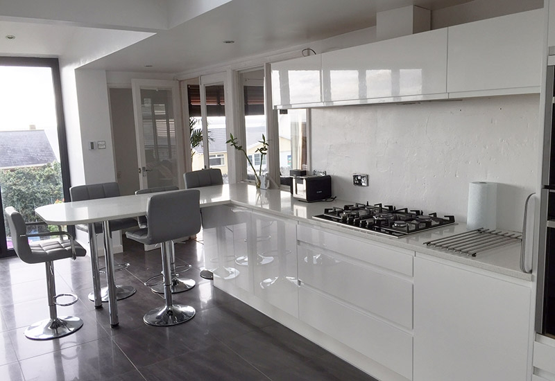Italia White with breakfast bar
