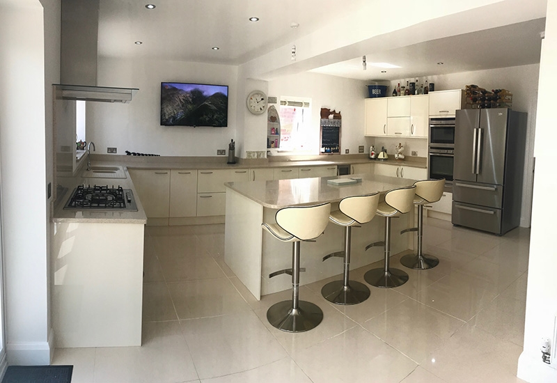 Lumina Ivory with Quartz Cream Stellar Worktops