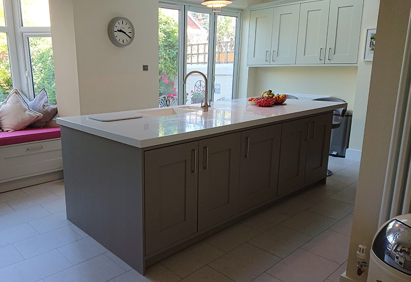 Solva Mussel with Stone Grey with Corian Glacier White